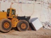 Ładowarki i Buldożery pchają ogromne kamienie