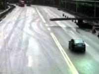 Kierowca nie zauważył wystających prętów i...