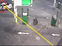 Mężczyzna w efektowny sposób ratuje swój samochód przed złodziejem