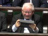 Jarosław Kaczyński śmieje się z Jacka Kurskiego