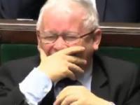 Jarosław Kaczyński śmieje się w sejmie