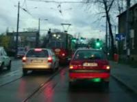 Wyprzedzanie na skrzyżowaniu czerwonego tramwaju