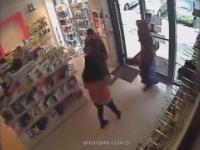 Cyganki wchodzą do sklepu z kosmetykami