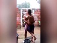 Ojciec pokazuje swojemu sparaliżowanemu synowi jakie to uczucie