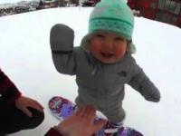 Roczne dziecko na snowboardzie