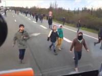 Rzeczywistość kierowcy w drodze na prom w Calais Francja Agresywni uchodźcy!