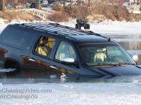 Dlaczego nie należy nigdy parkować samochodu na zamarzniętym jeziorze