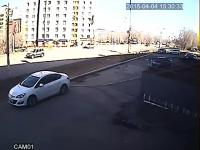Samochód próbuje uciec od kobiety