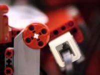 Fabryka papierowych samolotów złożona z klocków Lego