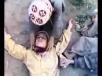 Zabawa muzułmańskich dzieci w wysadzanie się w powietrze
