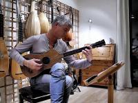 Muzyk gra na ostatniej na świecie gitarze Stradivariusa