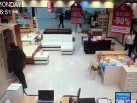 Złodziej idiota próbuje ukraśc laptop