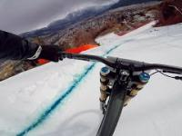 Szalony Downhill rowerem po torze dla narciarzy alpejskich