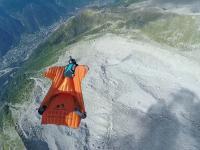 Niesamowity ekstremalny lot na wingsuicie