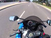 Reakcja amerykańskiego policjanta na złapanie przekraczającego prędkość motocyklistę