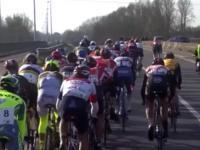Motocyklista potrącił kolarza w peletonie