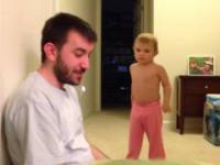Syn podchodzi do ojca z poduszką i wyzywa go na pojedynek