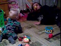 Zabawa balonikiem ojca z dzieckiem