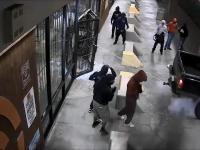 napad z pomoca Pick-up na sklep z bronią