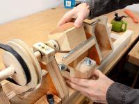 Wytaczanie kulki z kawałka drewna na mini tokarce, która też jest z drewna