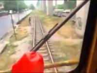 Pociąg prawie rozjeżdża faceta