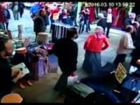 Syryjski chłopiec kradnie na rynku w Turcji