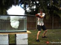 Co się stanie, gdy wlejemy płynną sól do wody?