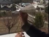 Puszczanie papierowego samolociku z okna, który...