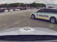 Radiowozy policji w kontrolowanym poślizgu - drift policja