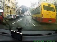 Kobieta skręca z prawego pasa w lewo i powoduje wypadek