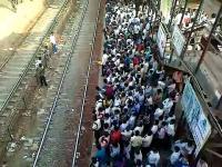 Hindusi i ich wsiadanie do pociągu