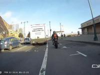 Motocyklista cwaniak wykorzystuje pas dla rowerów do ominięcia korku