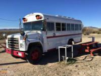 Para przerobiła autobus na wóz kampingowy