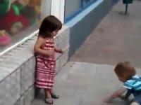 Mała dziewczynka odrzuca zaloty chłopca