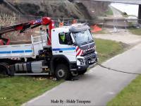Holownik wyciąga zakopaną ciężarówkę