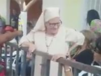 Wesoła zakonnica z niespodzianką