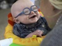 Dziecko po założeniu okularów po raz pierwszy ujrzało swoją matkę!