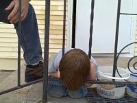 Mały chłopczyk utknął głową w barierce, ale wpadł na świetny pomysł