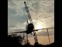Indie: Samolot urwał się z dźwigu podczas przenosin