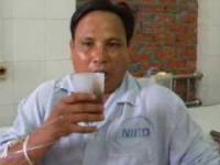 Facet ze wścieklizną próbuje wypić szklankę coli