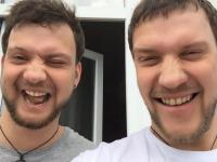 Bracia bliźniacy korzystają z aplikacji Face Swap.