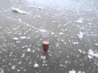 Co się stanie, gdy strzelimy z pistoletu pod odpowiednim kątem w lód