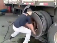 Wymiana opony w ciężarówce