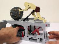 Kinetyczna rzeźba Syzyfa toczącego kamień wykonana z LEGO