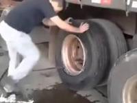 Szybkie mechanika zmienia koło ciężarówki