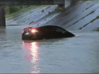 Kierowca w trakcie transmisji na żywo wjeżdża prosto w mocno zalaną ulicę