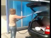 Kobieta vs myjnia samochodowa