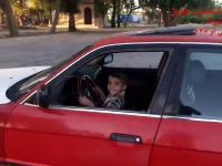 Trzylatek kręci bączki w starym BMW