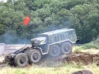 Pojazdy militarne w bagnie: czolgi, transportery oraz dziala samobiezne