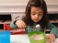 Mała dziewczynka po raz pierwszy je lody